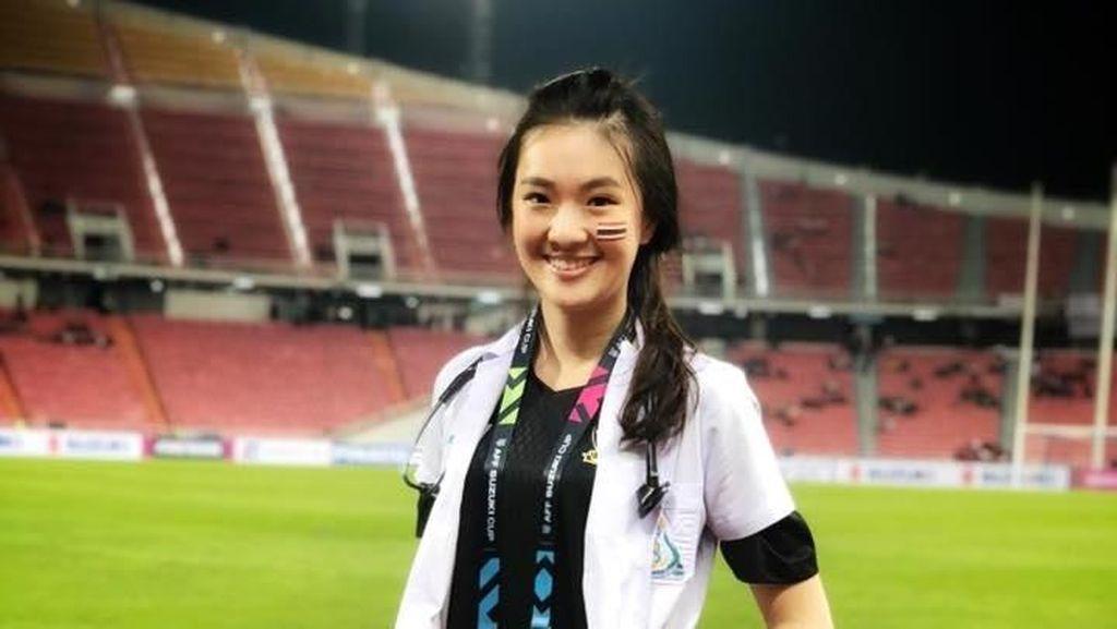Sirin Triwutpipatkul Finalis Miss Thailand Juga Dokter Timnas di Piala AFF