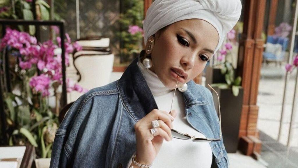 Nikita Mirzani Diisukan Lepas Hijab, Lihat Gaya Terbarunya Pakai Turban