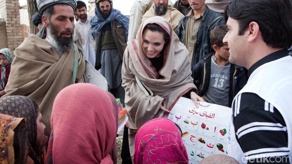 Foto: Mengintip Gaya Angelina Jolie Pakai Pashmina, Bikin Adem