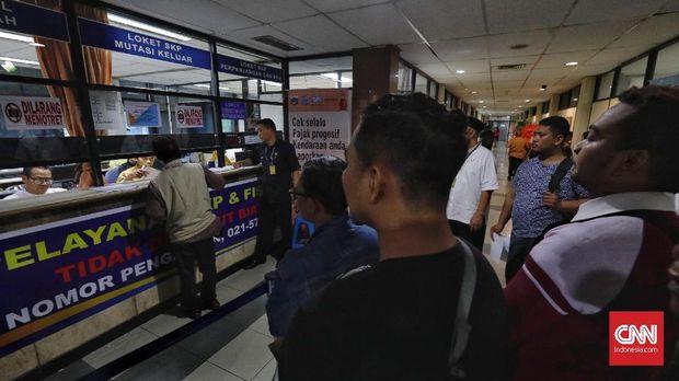 Antrean pembayaran pajak kendaraan bermotor di Samsat. PKS hendak menggratiskan pajak tersebut.