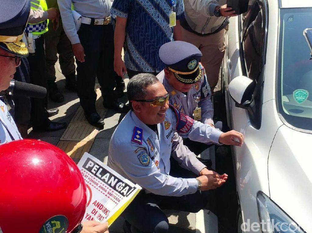 Video: Cabut Pentil Mobil Salah Parkir di Bandung Mulai Berlaku!