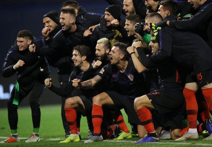 Para pemain Kroasia merayakan kemenangan mereka. REUTERS/Marko Djurica.