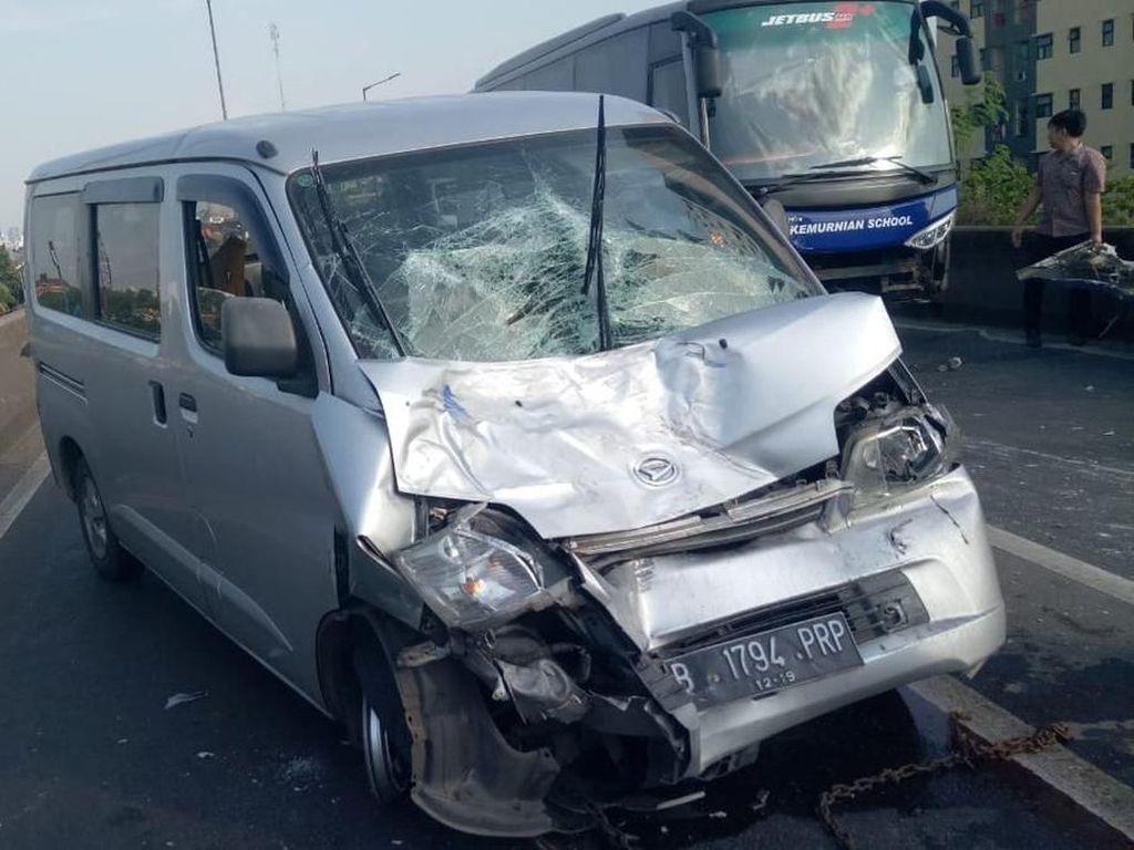 Tabrakan Bus Vs Mobil di Flyover Pesing, Jalan Daan Mogot Macet
