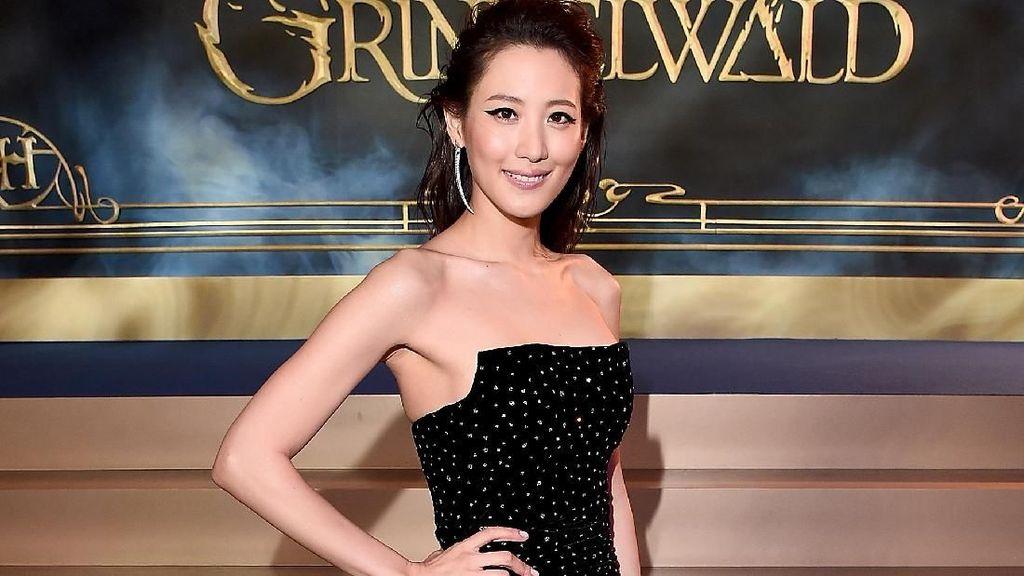 Gaya Claudia Kim Nagini yang Memikat di Premier Fantastic Beasts 2