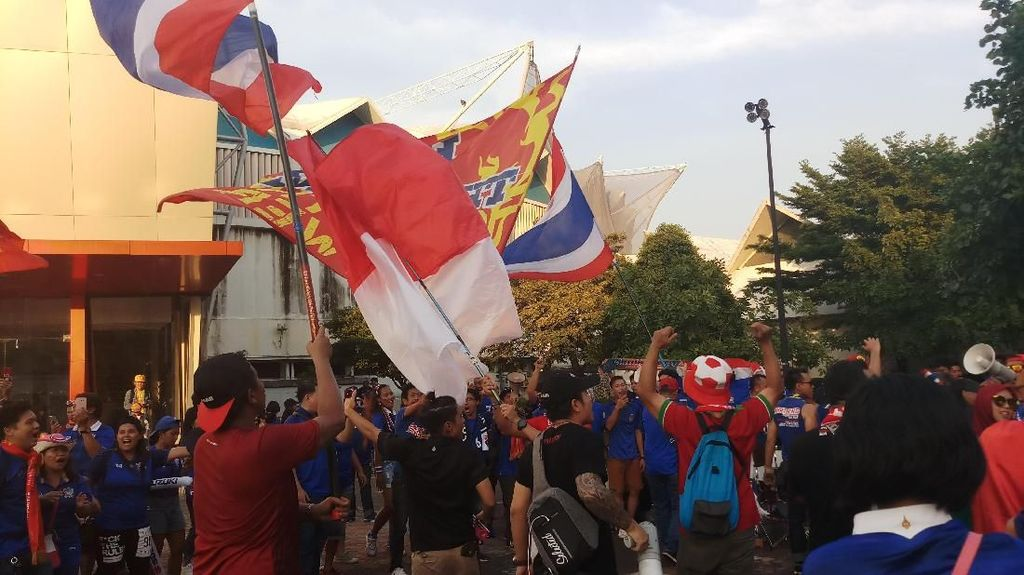 Kehangatan Suporter Indonesia dan Thailand di Stadion Rajamangala