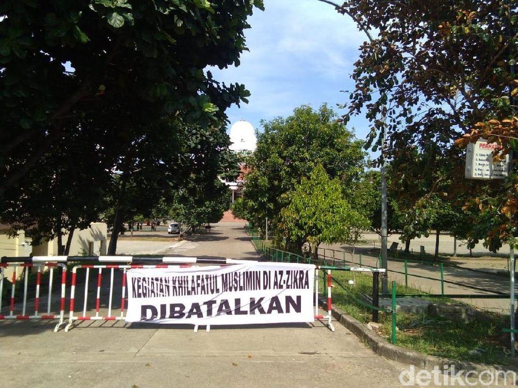 Foto:  Spanduk Diskusi Khilafah Dibatalkan Terpasang di Az-zikra