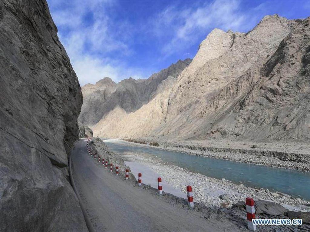 China Bangun Jalan di Perbatasan Menyusuri Tebing Gunung