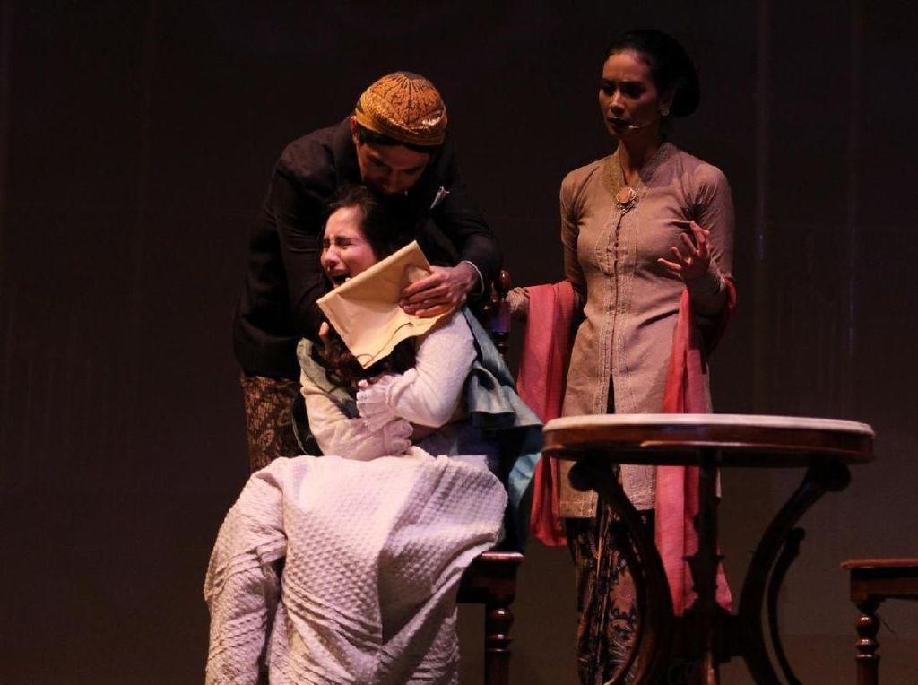 Nonton Teater di Rumah Aja, Ada Pertunjukan Bunga Penutup Abad!