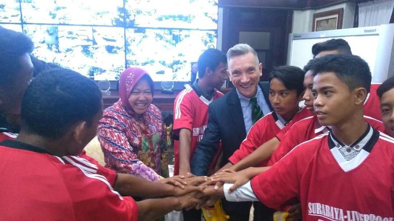 10 Pesepakbola Muda Surabaya Akan Berlatih di Liverpool, Ini Harapan Walikota Risma