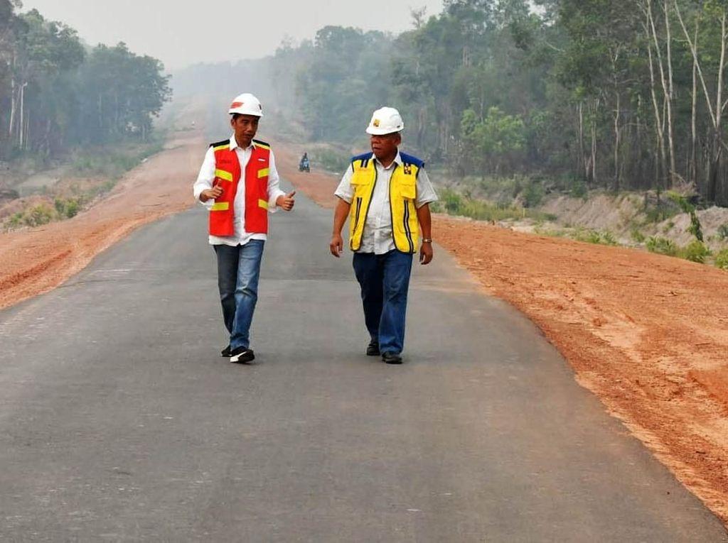 Momen Jokowi Lihat Langsung Trans Papua Sambil Jalan Kaki