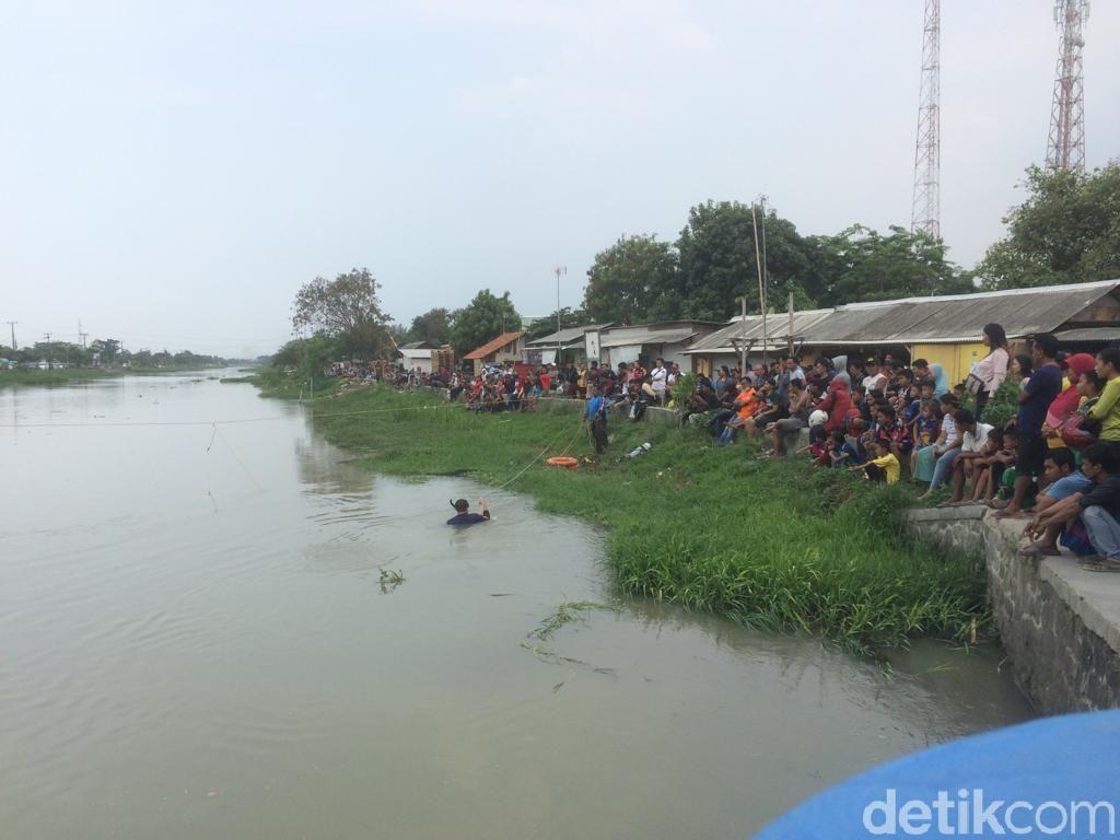 Foto: Aksi Penyelam Cari Linggis yang Dibuang Haris di Kalimalang