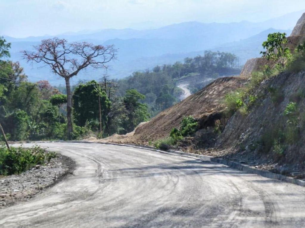 Melihat Proyek-proyek Pembangunan Jalan di Ujung Timur RI