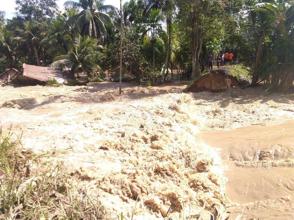 Rumah-rumah Warga Roboh Diterpa Banjir di Aceh