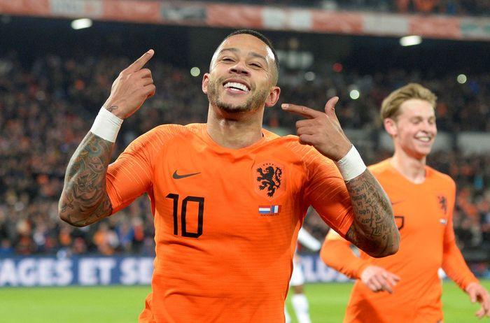 Memphis Depay mencetak gol kedua Belanda. REUTERS/Toussaint Kluiters.