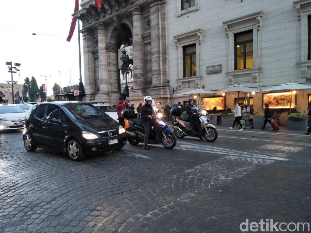 Taksi Mahal, Orang Italia Pilih Naik Skutik