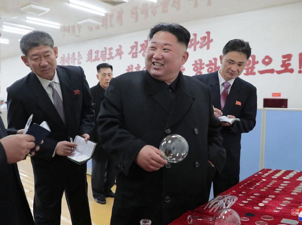 Foto: Gaya Kim Jong Un Blusukan ke Pabrik Gelas Daekwan