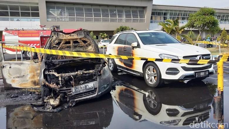 Ilustrasi kendaraan beroda empat terbakar Foto: Suparno