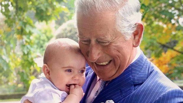 Pangeran Louis bersama kakeknya, Pangeran Charles/
