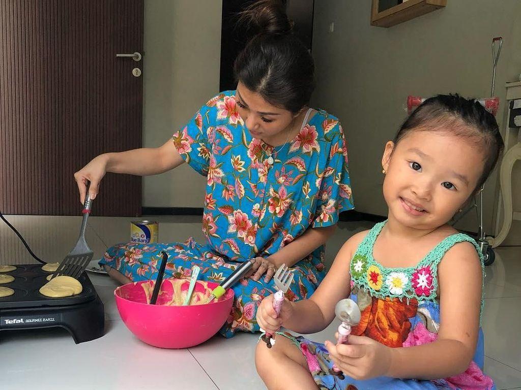 Mungilnya Thalia Onsu Saat Makan, Masak hingga Panen Sayuran