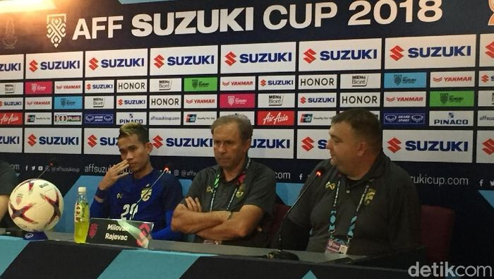 Sanrawat Dechmitr (kiri) dan pelatih Thailand Milovan Rajevac (tengah) (Foto: detikSport/Yanu Arifin)