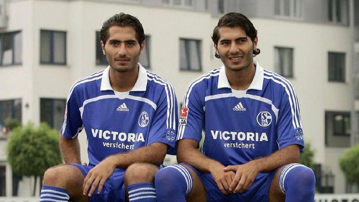 Ada yang masih ingat Hamit Altintop eks pemain Bayern Munich? Hamit punya saudara kembar bernama Halil. Keduanya sempat bermain bersama di Schalke selama satu musim. (Foto: Twitter UEFA)