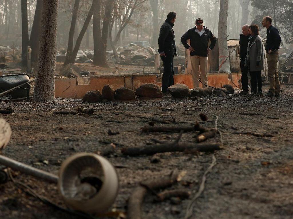 Momen Trump Tinjau Lokasi Pasca Kebakaran di California