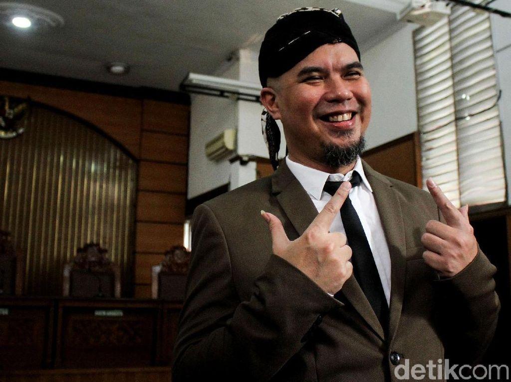 Pakai Blangkon, Ahmad Dhani Jalani Sidang Tuntutan