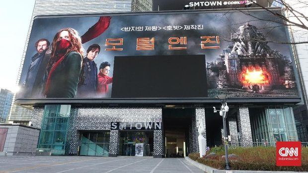 Billboard raksasa di depan SM Town Coex Atrium. Billboard ini dipasang pada pertengahan tahun ini.