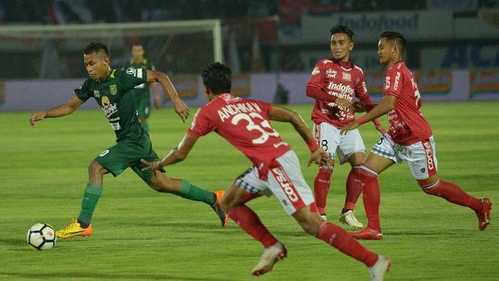 Osvaldo Haay (kiri) melewati pemain Bali United Andika Wijaya (kedua kiri), Taufiq (kedua kanan) dan Kadek Agung Widnyana (kanan) dalam Liga 1 di Stadion I Wayan Dipta. (Nyoman Budhiana/Antara)