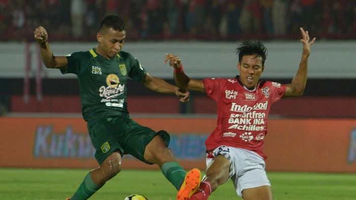 Osvaldo Haay (kiri) berebut bola dengan pemain Bali United Andika Wijaya di Liga 1 2018. (Nyoman Budhiana/Antara)
