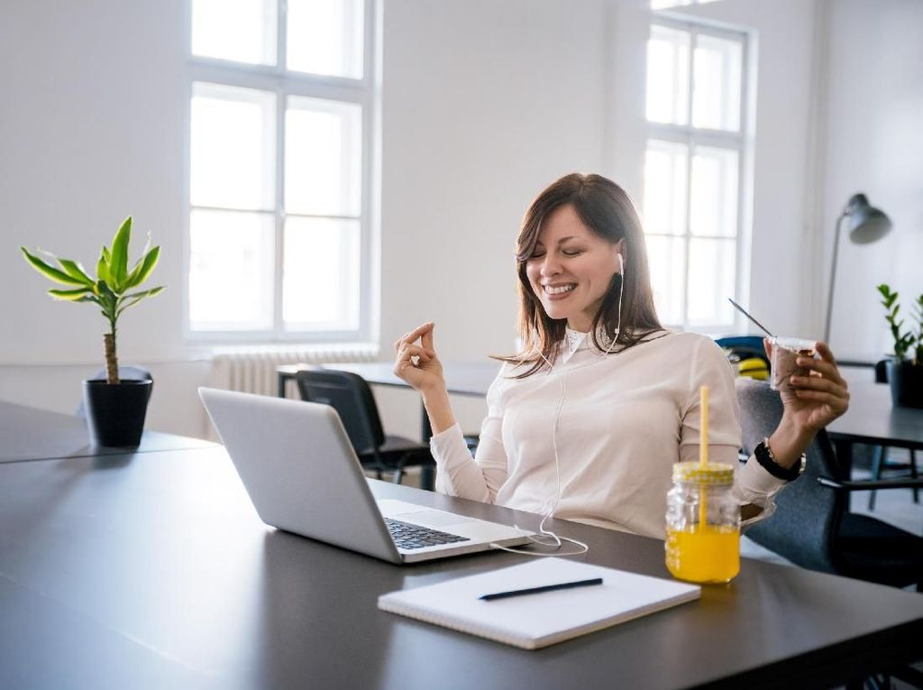 Tips Bekerja di Depan Layar dari Dokter Agar Tak Kena Iritasi Gadget