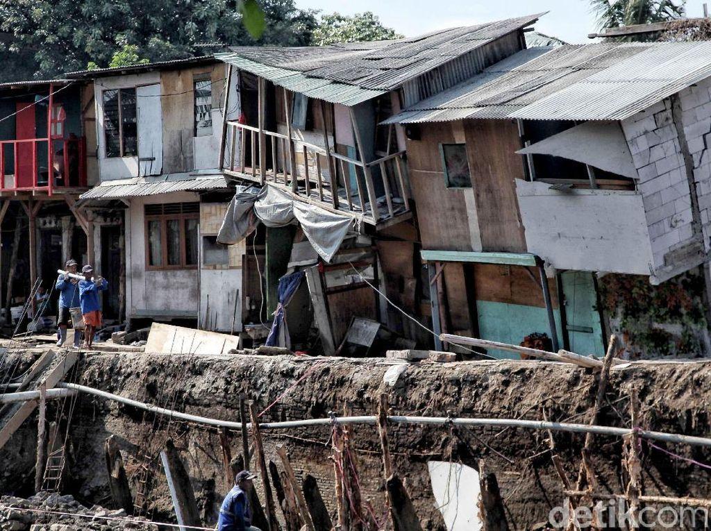 Penampakan Rumah Warga yang Ambles di Bantaran Ciliwung