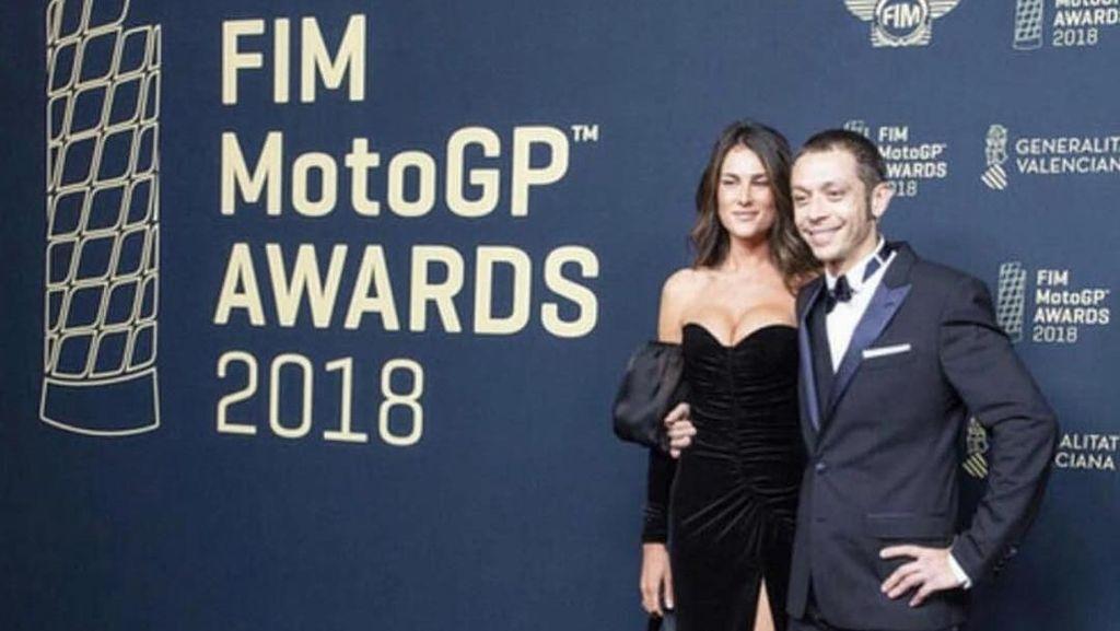 Kemesraan Rossi dan Sofia Novello di FIM MotoGP Awards 2018