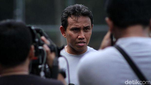 Bima Sakti melayani pertanyaan wartawan di sela-sela latihan Timnas Indonesia