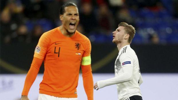 Bek timnas Belanda, Virgil van Dijk, berusaha menghibur sang wasit, Ovidiu Hategan, yang menangis karena sang ibu meninggal. (