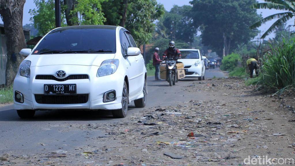 Jalan Rusak di Rancaekek Bandung Ditambal Tanah Bercampur Sampah