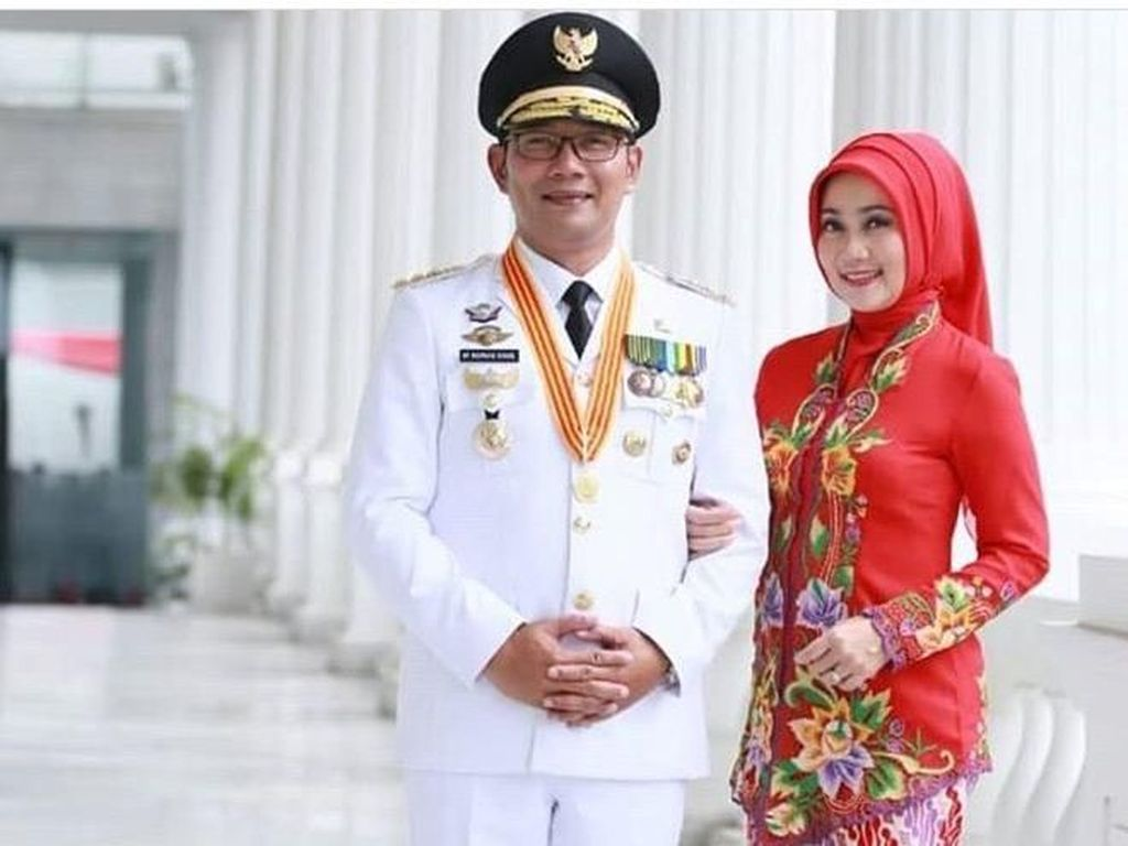 Istri Ridwan Kamil Selalu Ngejreng Pakai Hijab Merah, Ini Alasannya