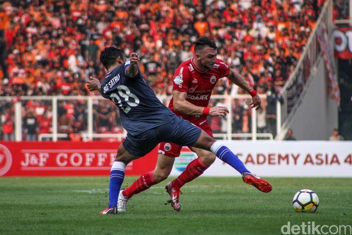 Menghadapi Persela adalah laga perdana Persija sekembalinya di SUGBK. Sebelumnya, Persija harus bermain di luar Jakarta karena SUGBK dipakai banyak kegiatan.