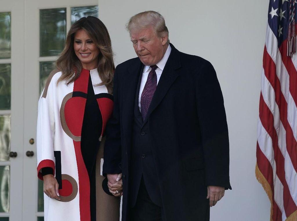 Foto: Gaya Melania Trump Pakai Coat Rp 137 Juta Saat Thanksgiving