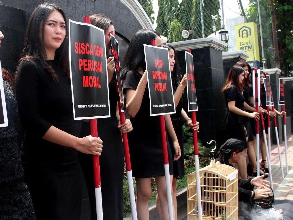Deretan Wanita Cantik Ini Gelar Aksi di Depan PN Jaksel