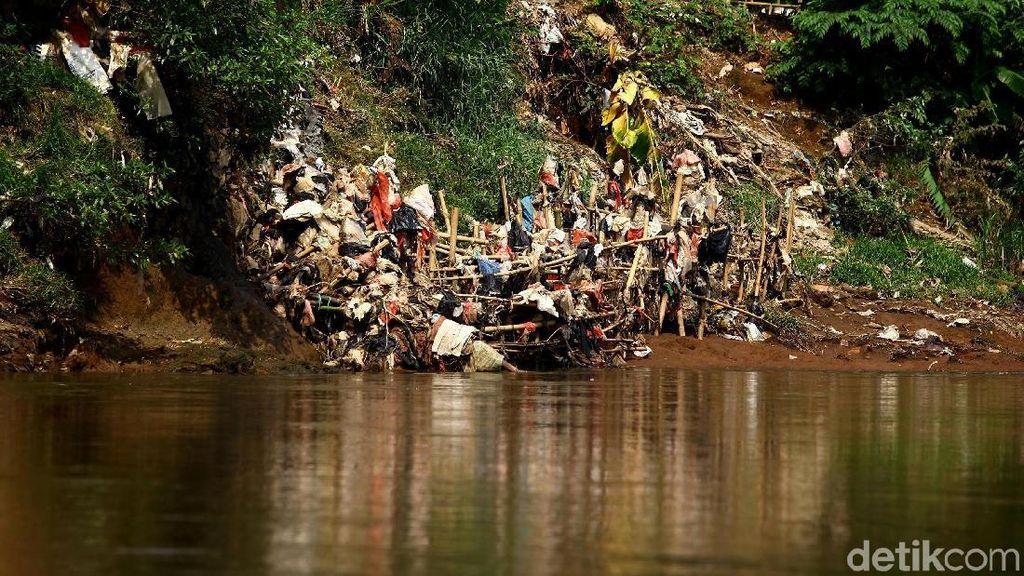 Potret Kali Ciliwung yang Masih Penuh Sampah