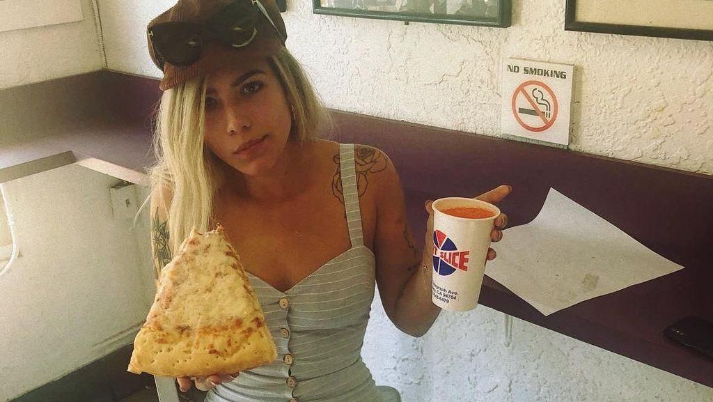 Tiada Hari Tanpa Pizza, Ini Pose Halsey Saat Menyantap Pizza