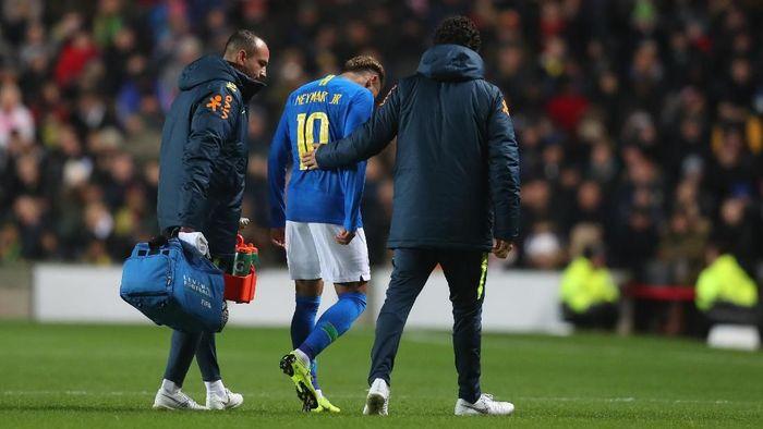 Neymar mengalami cedera saat membela Brasil melawan Kamerun. (Foto: Catherine Ivill/Getty Images)