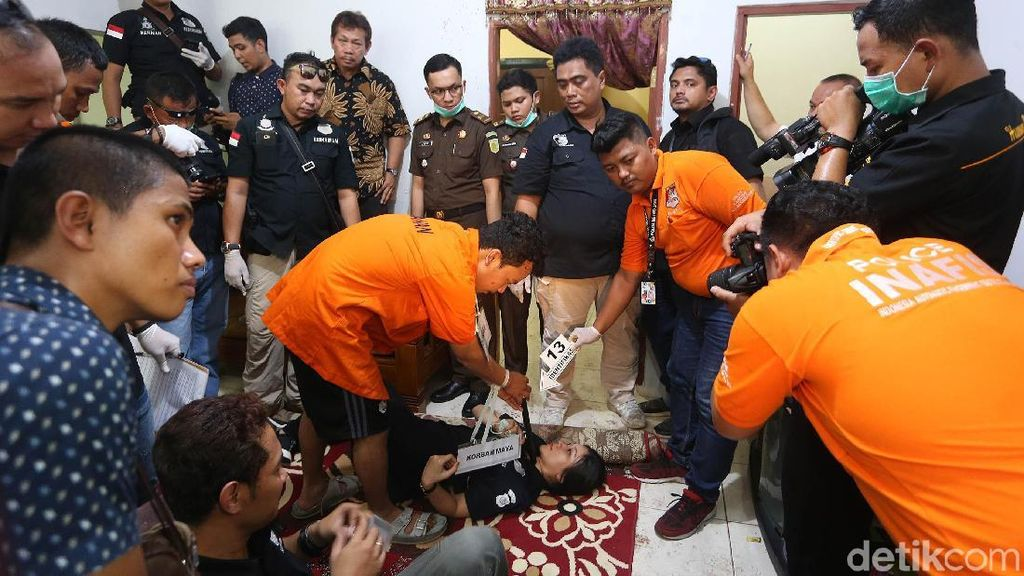 Detik-detik Pembunuhan Satu Keluarga Diperagakan Haris Simamora
