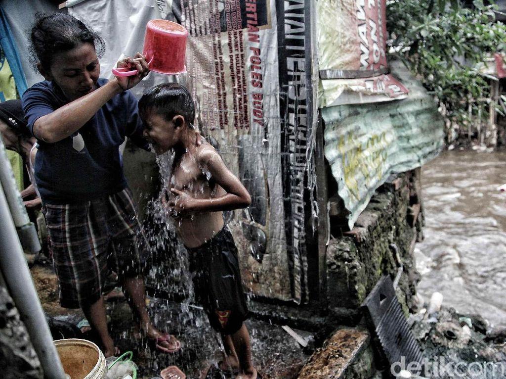 Potret Mengenaskan Sanitasi Warga Bantaran Kali Ciliwung