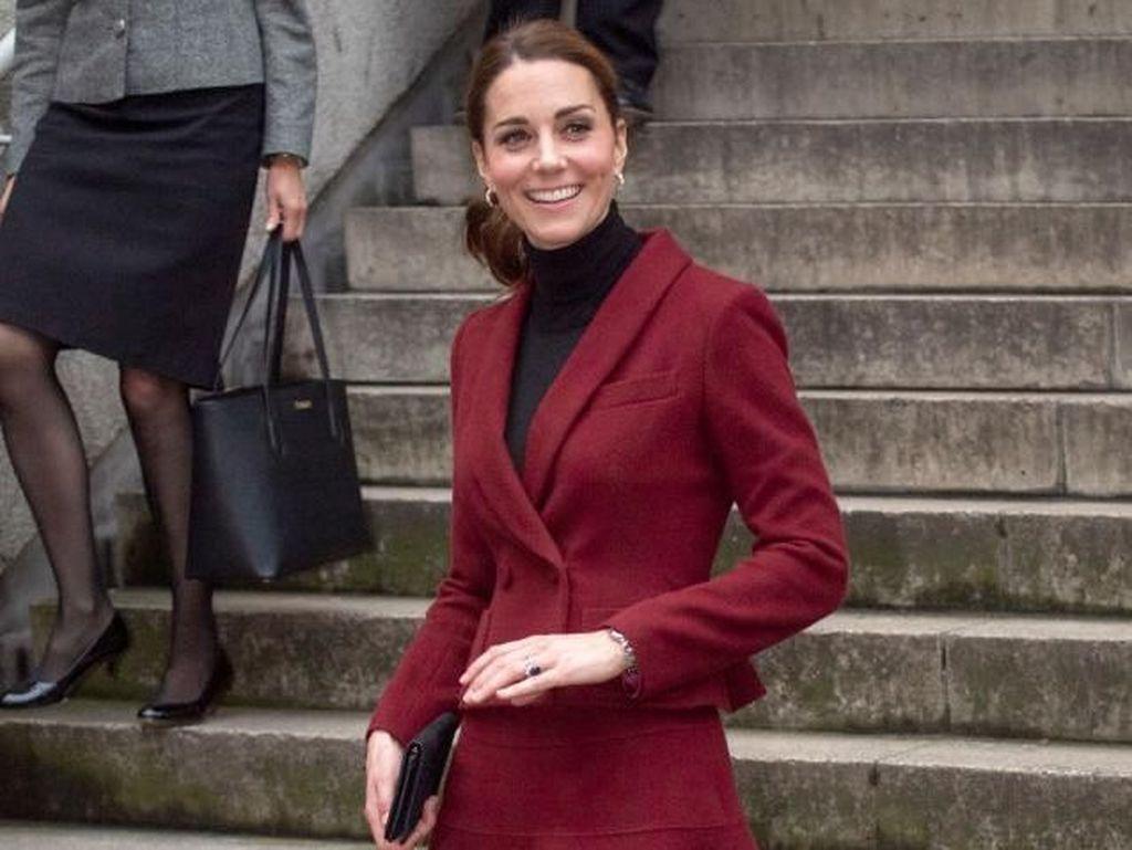 Foto: Adu Gaya Kate Middleton Vs Meghan Markle Pakai Baju Mirip