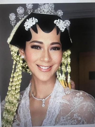 Paula Verhouven pakai paes Jawa ketika komitmen nikah. Foto: Istimewa