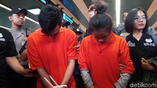 Pasangan berinisial Y (24) dan NR (17), terduga pelaku pembunuhan pemandu lagu Ciktuti Iin Puspita (22)