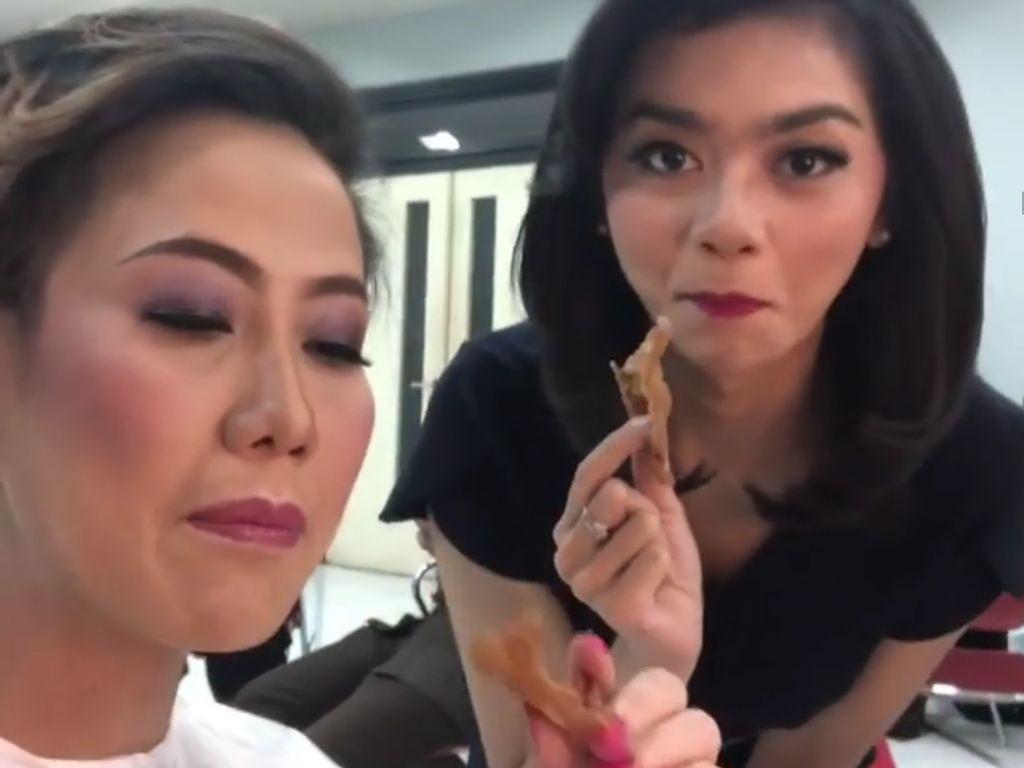 Ketika Presenter Kondang, Rosianna Silalahi Makan sate Kulit Ayam dan Ngopi