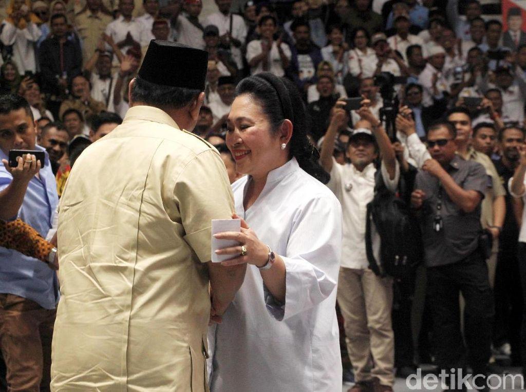 Mesra-mesraan Prabowo-Titiek di Depan Relawan